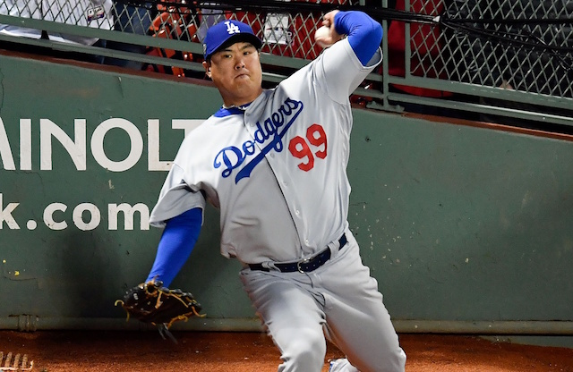 Korean pitcher Ryu accepts Dodgers' qualifying offer
